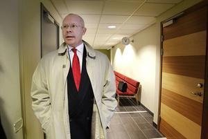 Pär G Lindell, åklagare, förklarar att om polismannen fälls så förlorar han jobbet.