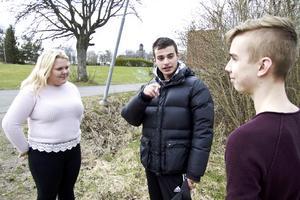 En rök på Tunbo. Svea Klinga Härdevik, Ömer Öksuz och Oscar Ågren pratar rökning. Hörnet bakom busken är den vanligaste platsen för tjuvrökning på Tunboskolan.