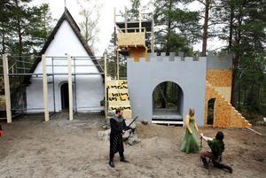 Just nu växer Anna Olofssons scenografi upp på Norra berget: den gamla sakristian får bli staden, borgen byggs till och skogen får man gratis.