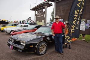 Mikael Köpman med sin Pontiac Trans Am, en kopia av bilen från