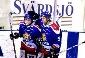 Målglädje. Marus Persson gjorde 2-0 för Falun och gratulerades av Erik Lundin. Falun vann matchen med 4–1 och fick därmed en bra start på försöket att hänga kvar i division 1 via kvalspelet.