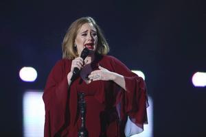 Adele hedrade Brysseldådens offer i London.