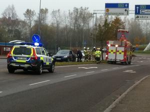 En personbil fick sladd och körde in i en stolpe på en informationsskylt. Olyckan inträffade strax innan klockan ett på onsdagen.