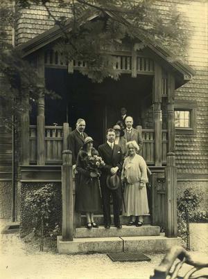 Kronprins Gustav Adolf med makan Louise besöker Sigfrid och Ruth Edström i deras luxuösa hem på Stallhagen 1929.