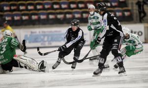 Erik Pettersson gav SAIK den drömstart som räckte hela vägen till seger i tisdagens kvartsfinal. Hans 1–0 efter bara en minuts spel slutade till sist i 6–4 vilket ger SAIK fördel i matchserien.