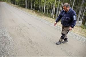 Håkan Berglund upptäckte blod på vägen i Norrby i tisdags. Då visste han inte att det var ett grovt jaktbrott som låg bakom blodet.