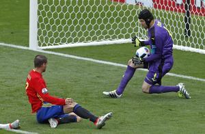 Tjeckiske målvakten Petr Cech stoppar Spanien och Alvaro Morata från att göra mål. Foto: Hassan Ammar/AP/TT