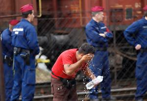 En man tvättar ansiktet på stationen i Bicske.