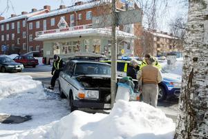 Östersund.Två bilar krockade på Samuel Permansgatan vid lunchtid. En person fick föras till sjukhus i ambulans. Färden för den ena bilen slutade mot en lyktstolpe. Den andra bilen klarade sig med lätta skador.