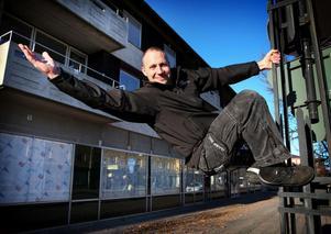 Här ses Patrik Holmlund vid Vasagatan i Smedjebacken, där Må Bättre öppnade för två år sedan och nu står i färd att utöka lokalytan. En ännu större satsning planerar Holmlund i Ludvika, där Må Bättre flyttar till Grand Hotells källare.