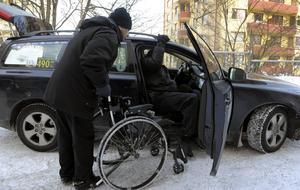 Villkoren för taxichaufförerna har blivit allt sämre. Det är inte ovanligt att chaufförerna tvingas jobba mer än 200 timmar i veckan för att få ihop en dräglig lön.