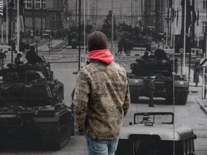 Så här kunde det se ut vid en av gränsövergångarna mellan Öst- och Västberlin under det kalla krigets frostigaste perioder. Runt Checkpoint Charlie finns bilder som påminner om den krigsliknande situation som rådde för bara några decennier sedan.