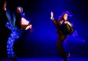 Danserna kräver många timmars övning  i dansstudion för att stegen ska sitta precist och synkroniserat.
