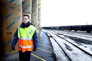 Sverige undervärderar godstransporternas ekonomiska betydelse. Det förklarar varför järnvägsatsningarna är otillräckliga, enligt Johan Fahlroth, logistikansvarig på Korsnäs.