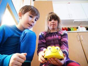 Robin Malmborg och Vera Salming, båda elever på Åre skola, hade fullt upp med att klura på vad det här med programmering innebär. Till sin hjälp har de en liten robot i form av ett bi.