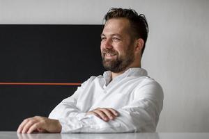 Bitska författaren Martin Engberg drabbar universitetsvärlden i