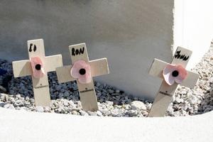 Ed, Ron och John. Kriget gör sig ständigt påmint. Foto: Johan Croon/TT
