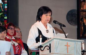 Birgitta Ihlis, kyrkorådets ordförande, läser brevet som formellt gör nya kyrkoherden installerad i Gagnef.