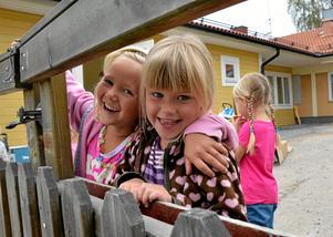 Trivs på Trollebo. – Jättefint, tycker Julia Ringvall, 5 år, och Nelly Elisson, 4, om den nya tillbyggnaden. Lokalerna ägs av fastighetsbolaget Löbo och tillbyggnationen har gjorts av entreprenörer från trakten.