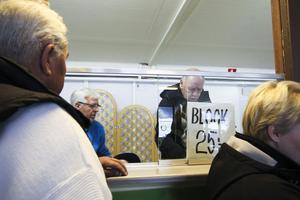 Rolf Sjödin har fullt upp när det är bingosöndag. Det var hans sista insats som bingoföreståndare, nu ska han njuta av att vara ledig och umgås med barnbarnen.