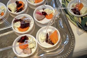 Provsmak. Lekhyttans kök och kiosk bjöd på provsmakningsportioner av kycklingfilé eller fläskfilé.