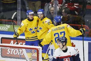 Jens Lööke (vänster) jublar tillsammans med Christoffer Ehn och Anton Karlsson efter ett mål mot Slovakien i JVM 2016.