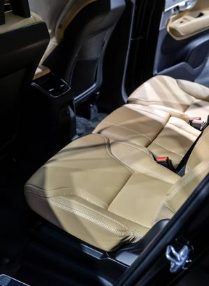 Tre sätesrader, där även de uppfällbara, bakersta stolarna ska erbjuda bra komfort för personer upp till 170 centimeter. Det finns suvar som är ännu större, Mercedes GL exempelvis, men med nya XC90 är Volvo ändå med i toppligan.    Foto: Anders Wiklund/TT