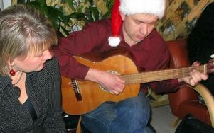 Lizzy Hahne och Jesper Yvell bjöd på julsånger med gitarrkomp. FOTO: KRISTINA VAHLBERG