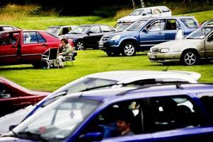 POPPIS. I går klockan 15.20 vid Högbo Bruk. Ungefär 120 bilar parkerade för att få spela bilbingo. En familjär och lugn stämning infinner sig snabbt.