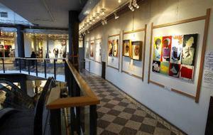 Bild: Sju på varje våning. 14 lokala konstnärer har nu fått ett bra tillfälle att visa upp sina verk för shoppande Sundsvallsbor.