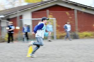 Brännboll. Brännbollsturnering ingick, här Gustav Larsson i fyran i full fart.