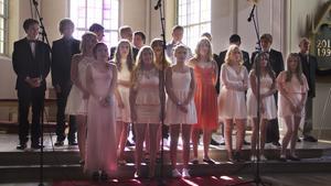 Det blir sista skolavslutningen i Skinnskattebergs kyrka för niorna. De sjöng I will always remember you.