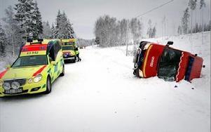 Efter räddningstjänstens avåkning fick ambulanspersonalen ta hand om brandmännen.FOTO: CHRISTER NYMAN