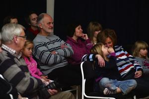 Den publik som kom såg ut att stortrivas oavsett ålder till den musikunderhållning som James Hollingworth och Jojje Wadenius bjöd på.