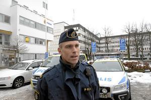 På mörka cykelvägar och i bostadsområden kan man känna sig utsatt fast det är trygga platser. Fredrik Malm, kommunpolis i Örebro.