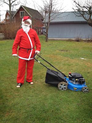 Julafton var så varm att tomten tog fram gräsklipparen.