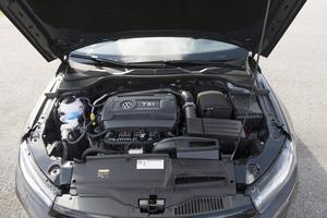 Bildtext 9: Både TSI- och R-versionen av nya Scirocco har Volkswagens välkända 2,0-litersmotor med direktinsprutning och turbo. Men det skiljer 100 hästkrafter och 120 000 kronor mellan dem.    Foto: Fredrik Sandberg/TT