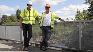 Det gamla kraftverket räcker inte längre till och ett nytt ska nu byggas nedanför. Här Jonas Andrén och Roine Fransson, från Eon.