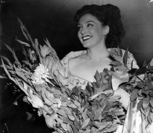 Sångerskan och skådespelerskan Zarah Leander med blommor i famnen efter en konsert på konserthuset i Stockholm i augusti 1949.