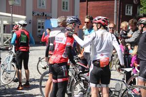 Vårtecken. Motionloppet Västeråscykeln fyllde Fiskartorget med människor i cykelhjälm.