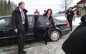 Drottning Silvia kliver ut bilden då kungaparet anländer till Furuvik.