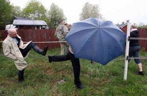 Miljödomstolen gick syn i hästhagen i hällande regn.