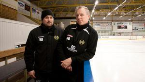 U10:s ledare Mikael Joona och Leif Skog ville se en förändring i avtalet.