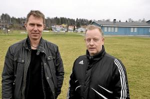 Moget övervägande. Det har varit mycket funderande för Jens Gustafsson och Benny Gill, vice respektive ordförande i Frövi IK, om föreningen är beredd för att bygga och driva en konstgräsplan. Foto: Michael Landberg
