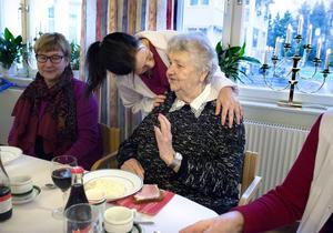 Barbro Dahlbäck hjälpte svärmor Maj Bergström med försäljningen av änglar på julfest, men först åt de gröt som serverades av Carina Ljung.