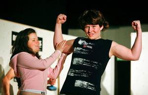 Emma – spelad av Maja Persson – tillhör de populära tjejerna på skolan. Robin – spelad av Frida Vallinder – tillhör de populära killarna.