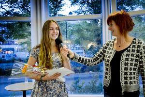 Elsa Scharin får Agnes-priset av Gefle Dagblads kulturredaktör Gunilla Kindstrand.