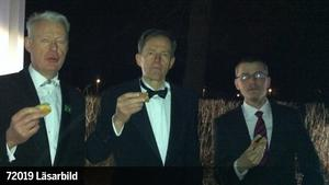 Årets första grillparty. Herrarna Johan Lagerfelt, Staffan Milles och Daniel Lagerfelt, tände grillen en minut efter tolvslaget.