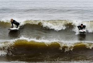 Det går surfa längs kusten – men det är svårt att lära sig om man inte har testat tidigare.