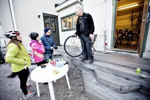 Desirée Magnusson, Kerstin Nyegårdh och Andreas Forslund snackar dubbdäck med Tomas